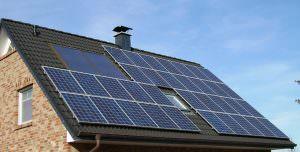 Hagyományos cseréptetőre telepített napelemes panelok.