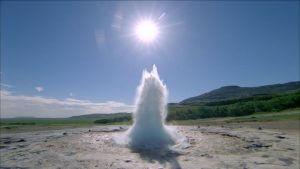 Egy gejzír, mely működése a geotermikus energiáknak köszönhető.