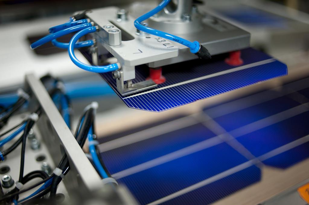 Monokristályos napelem cella a gyártósoron.
