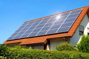Napelemes rendszerek tetőre telepített napelemes paneljei.
