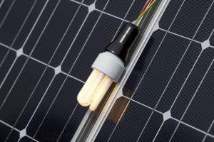 Megújuló tiszta energia forrás tárgyalása a napelemes fórumokon.