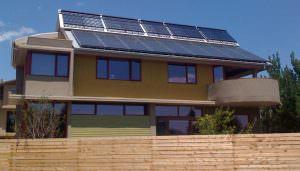Napelemes és napkollektoros rendszer egy épületen.