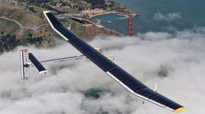 Kép a Solar Impulse 2 napelemes repülőről a levegőben.