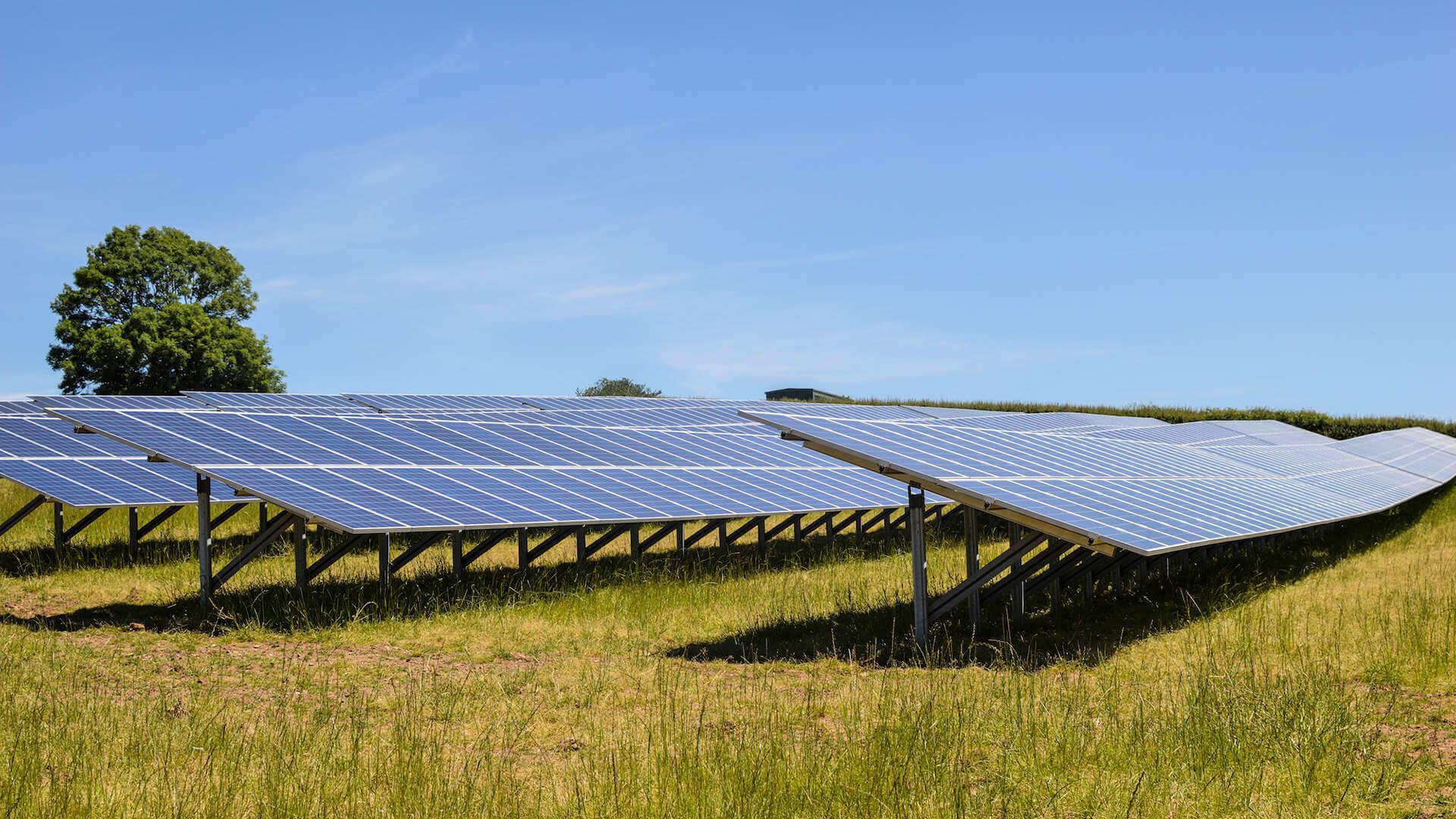 Napenergia hasznosítása naperőmű segítségével, naperőmű kivitelezővel.