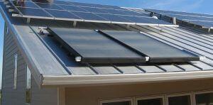 Napkollektor rendszer a tetőn (és napelem).