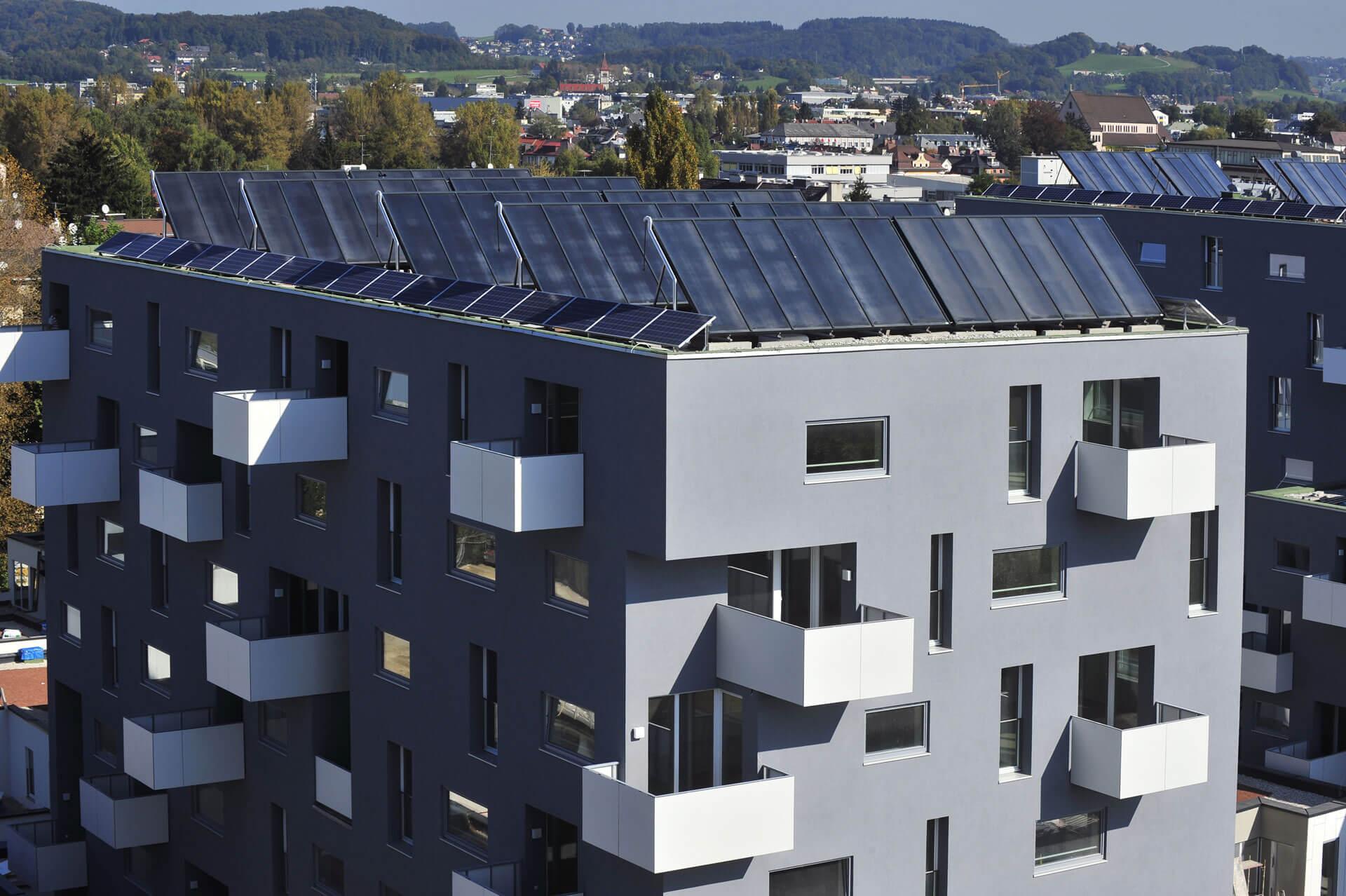 Tömbház tetejére telepített napkollektoros rendszer.