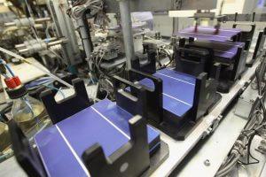 Polykristályos napelem cella a gyártósoron.