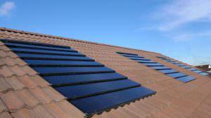 Tetőbe integrált napelemes cserép
